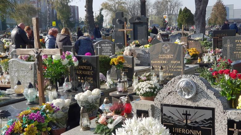 Wszystkich Świętych. Mieszkańcy Strzelec Opolskich odwiedzają groby bliskich