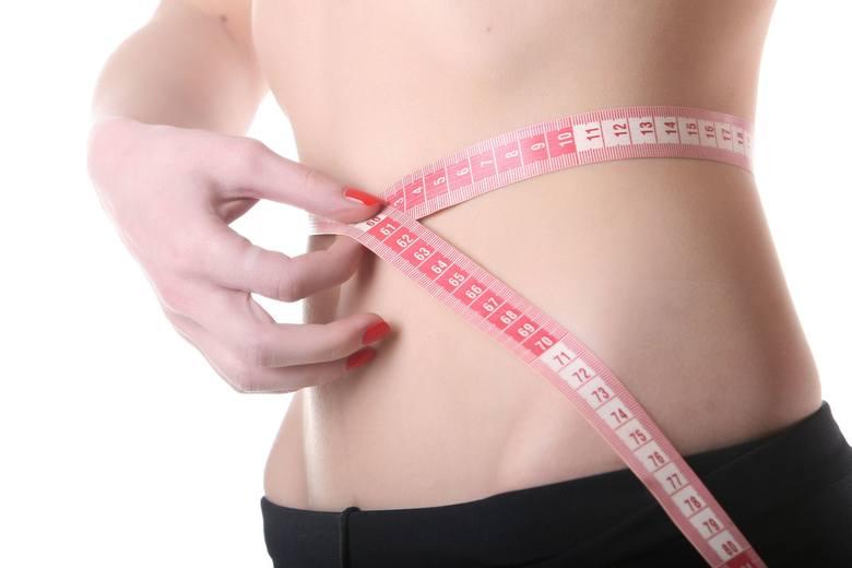 Jeśli Twoje BMI wynosi mniej niż 18,5, oznacza to, że ważysz za mało. Jeżeli jest mniejsze niż 16, wskazuje na poważne wygłodzenie, a to stan zagrażający
