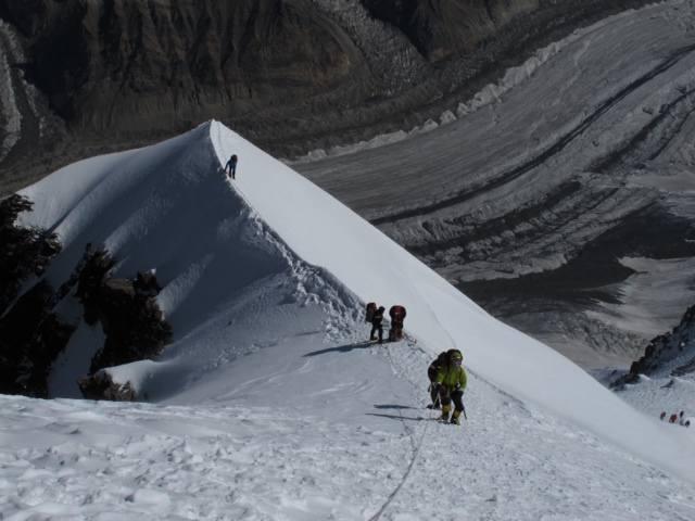 Podróż trwała 42 dni, a sama akcja górska ponad 20. W czasie wyprawy himalaiści zbudowali cztery obozy, by przejść przez proces aklimatyzacji.