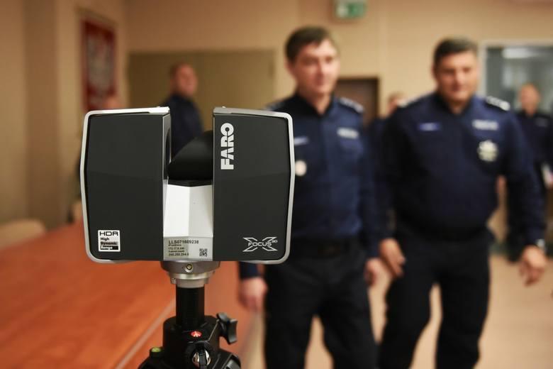 Poznańscy policjanci będą dokonywać oględzin przy pomocy nowoczesnego skanera 3D. Urządzenie pozwoli w kilkadziesiąt minut utrwalić ślady z miejsca zbrodni lub wypadku.
