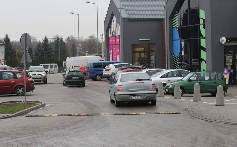 Kierowcy jeżdżą przez... parking