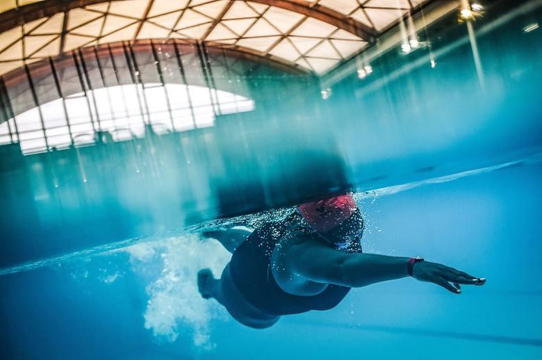 Pływanie to połączenie przyjemnego z pożytecznym - przynajmniej dla amatorów sportów związanych z wodą. Pozwala w efektywny sposób spalić zbędne kalorie