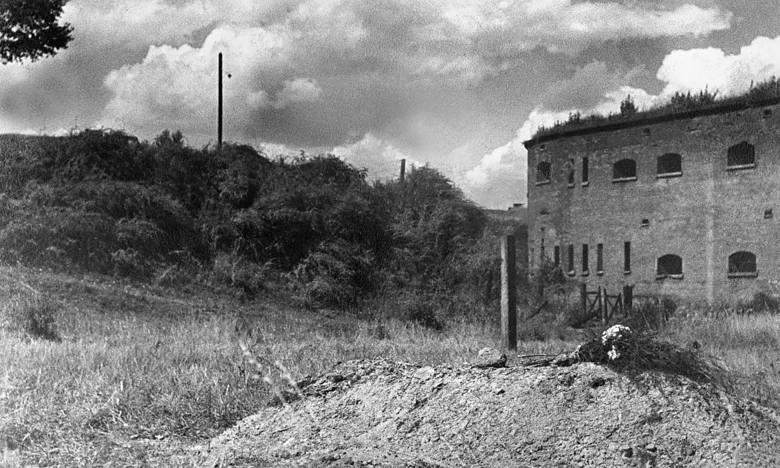 Bal Prasy w luksusowej Adrii, ulubionym miejscem niejednego szpiega działającego w Warszawie. Rok 1933.