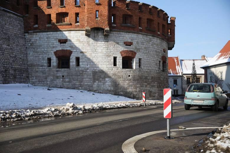 Kraków. Pod Wawel można dowieźć beczkę z piwem, ale nie dzieci do żłobka [ZDJĘCIA]