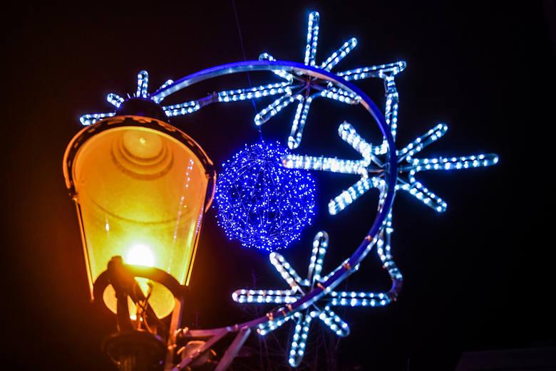 Poznań jest już gotowy na święta! Na ulicach miasta od kilku dni świecą efektowne iluminacje. Pięknie wyglądają szczególnie wieczorem. Przekonacie się