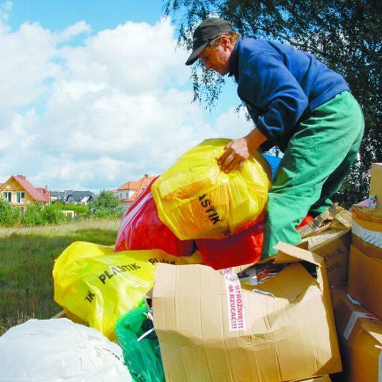 - Coraz więcej osób na Wyżynach selekcjonuje śmieci. Tym razem nie zmieściliśmy wszystkiego na jednej przyczepie - mówi Marek Kakareko z zakładu Kółko