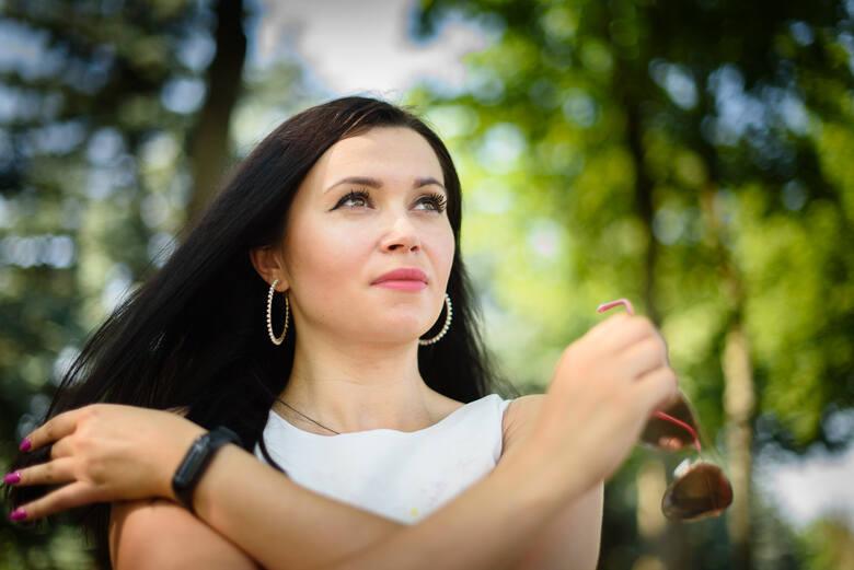 """29-letnia Kinga Ziółkowska branżę funeralną zna od dziecka. Przeszła wszystkie szczeble wtajemniczenia. Od stycznia br. jest prezeska firmy pogrzebowej """"Uskom"""" w Toruniu, w której wykupiła udziały. Jest tez jednym z nielicznych profesjonalnych """"towarzyszy w żałobie"""" w Polsce."""