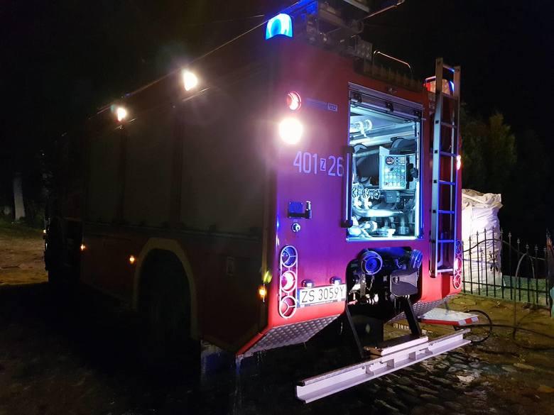 Tuż przed północą dyżurny PSP Białogard otrzymał zgłoszenie o wybuchu pożaru w domku jednorodzinnym w Czarnowęsach pod Białogardem. Na miejsce błyskawicznie