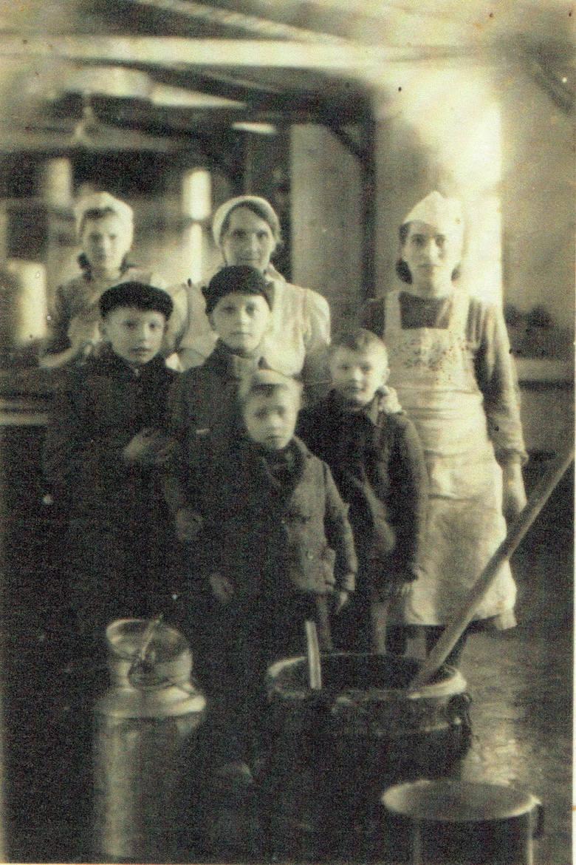 Pani Czesława Mularczuk (stoi pierwsza z lewej) w czasie pracy w obozowej kuchni w Treuenbrietzen