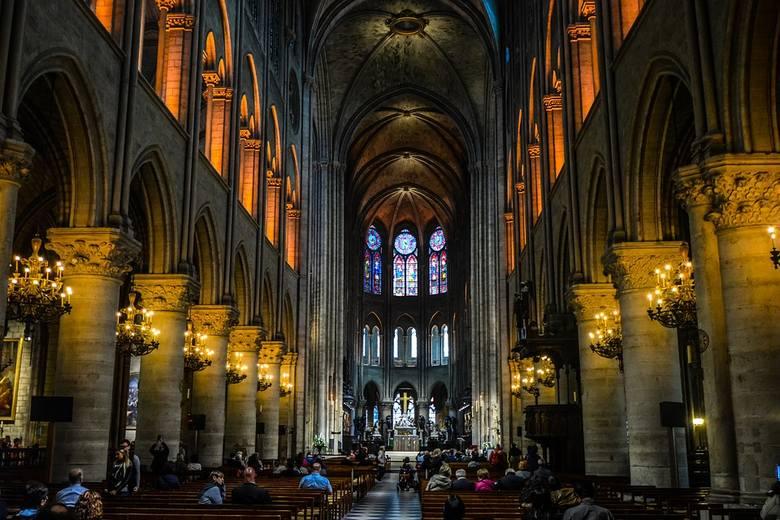 Katedra Notre Dame posiada 10 dzwonów. Każdy z nich ma swoje imię – najcięższym z nich jest Emmanuel, który waży 13 ton i przetrwał okres dewastacji