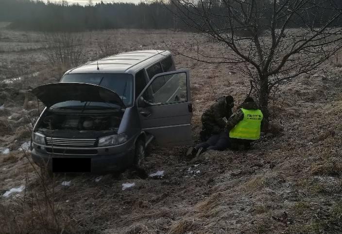 W środę w gminie Suwałki funkcjonariusze chcieli zatrzymać do kontroli samochód marki WV Caravella na polskich tablicach rejestracyjnych.