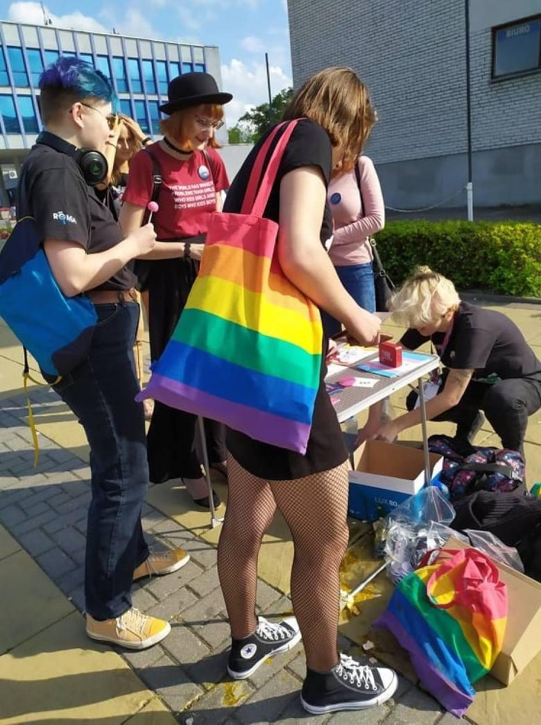 Akcja środowisk LGBT w Puławach. Pojawiła się też kontrmanifestacja. Zobacz zdjęcia