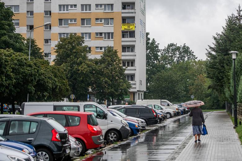 O banerze wywieszonym na osiedlu Piastowskim w Poznaniu poinformowali czytelnicy fanpage'a Spotted: MPK Poznań. Pod zdjęciem od razu rozgorzała gorąca