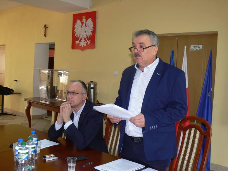 Wiceprzewodniczący Dariusz Chmiel (stoi) stwierdził, że jest zadowolony z utrzymania mandatu, bo jego zdaniem popełniony przez niego czyn nie kwalifikuje