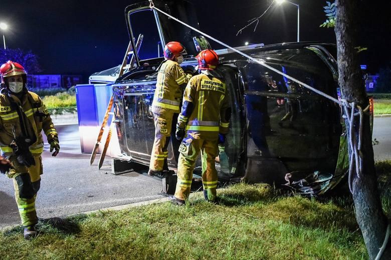 Przed północą w Lesznie doszło do wypadku. Gdy na miejscu zjawiły się służby, na miejscu zastano przewrócony na bok samochód marki Dodge Ram warty ponad