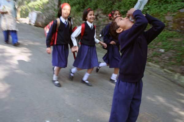 Podróz po Indiach<br /> Shimla, Himachal Pradesh. Dzieciaki wracające ze szkoly.