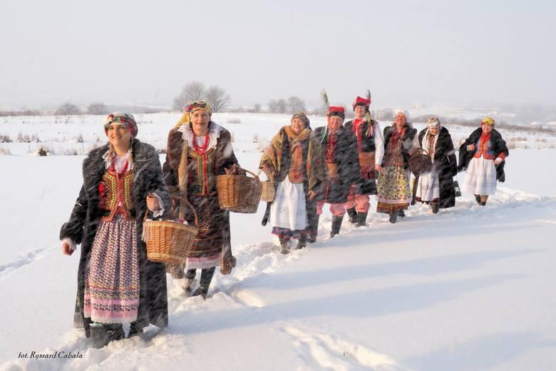"""Stroje ludowe """"od Zielonek"""" prezentowano podczas zimowego pleneru fotograficznego organizowanego przez Izbę Regionalną w Zielonkac"""