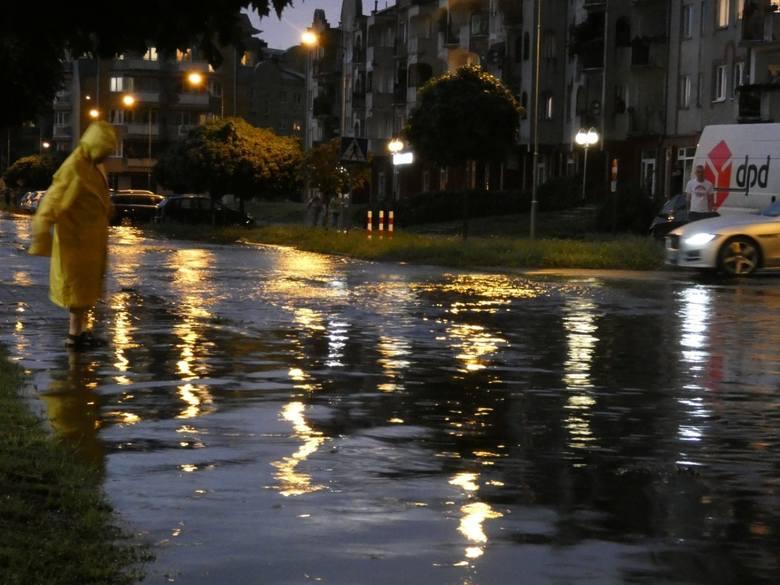 W poniedziałkowy wieczór przez Piłę przeszła burza. Intensywna ulewa sprawiła, że wiele ulic zamieniło się w rwące potoki. Najbardziej ucierpiało osiedle
