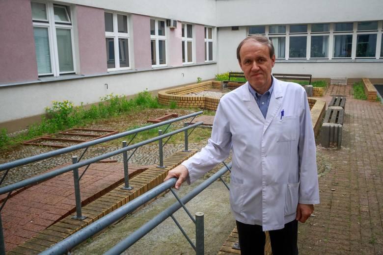 Tu można wykonywać proste ćwiczenia ruchowe, można ćwiczyć naukę chodu, jazdy wózkiem po tych przeszkodach - pokazuje prof. Wojciech Kułak. Bo patio