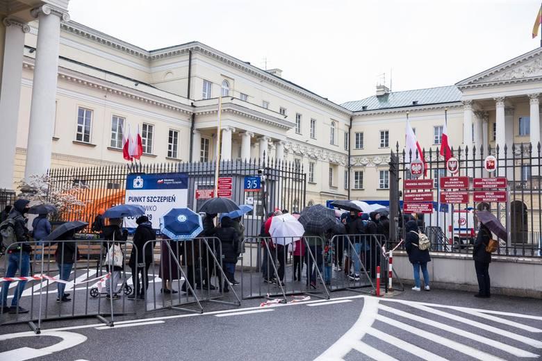 Polacy zostali skołowani częstymi zmianami strategii walki z koronawirlsem. Model szwedzki drogą do lasu krzyży - mówi psycholog społeczny