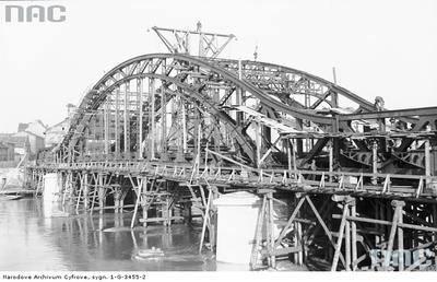 Budowa mostu im. Józefa Piłsudskiego. Most został otwarty 19 stycznia 1933 r. Został wysadzony przez wycofujące się wojska niemieckie w styczniu 1945