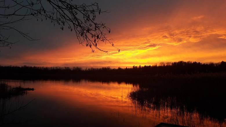 W lutym ubiegłego roku niebo o zachodzie słońca wyglądało jak ogarnięte pożarem. Lustro wody jeziora w podzielonogórskim Zaborze tylko spotęgowało to