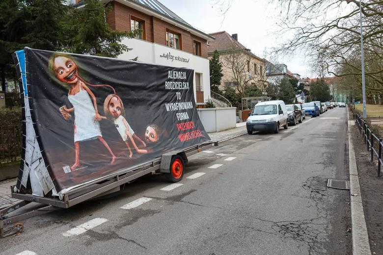Szokujący billboard przy Jasnych Błoniach w Szczecinie. Matka wysysa mózg dziecka