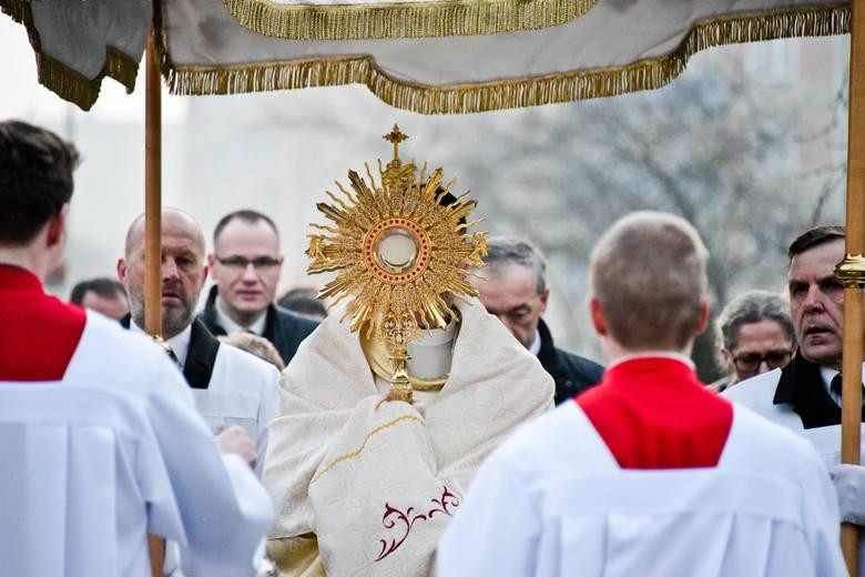 Ks. Maciej Kozłowski, proboszcz parafii, niósł Najświętszy Sakrament