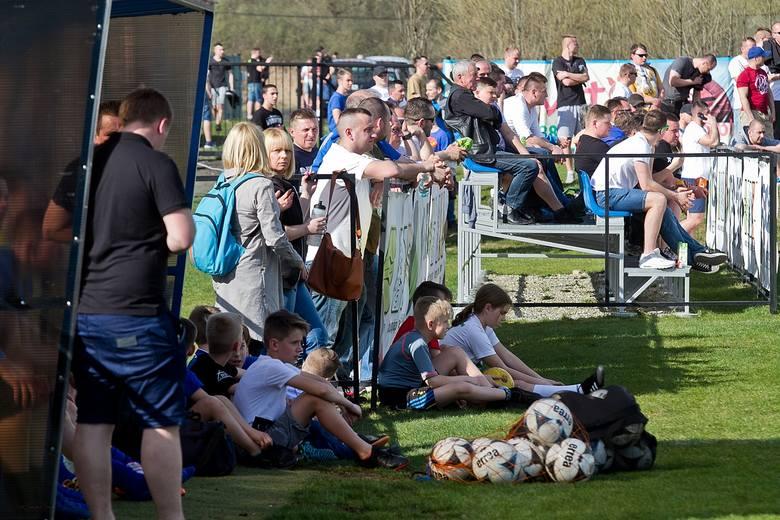 Ponad pół tysiąca widzów oglądało mecz Ekoball Stal Sanok - Karpaty Krosno rozegrany w Bykowcach.POPULARNE NA NOWINY24/SPORT: