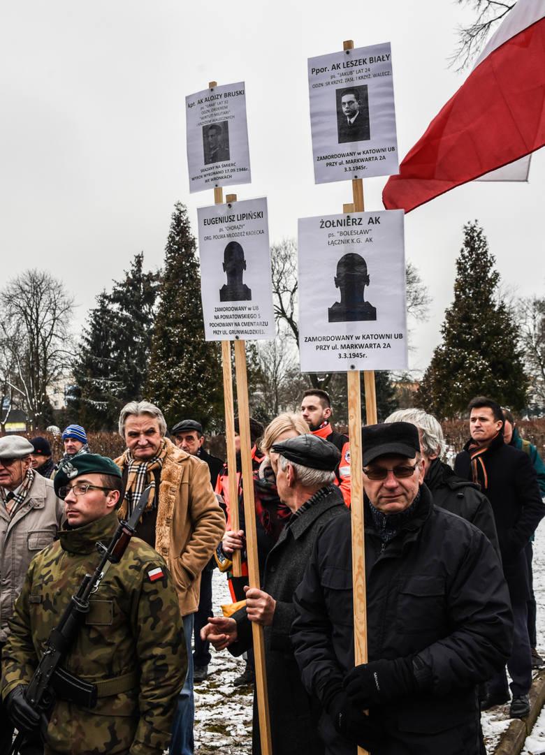 """Cmentarz przy ul. Kcyńskiej. W hołdzie """"Niezłomnym"""" były kwiaty i znicze. I plakaty z wizerunkami Leszka Białego i innych."""