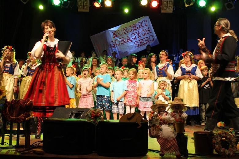 Tłumy na Koncercie Gorących Serc w Oleśnie.  Trzeba było dostawić sto krzeseł, żeby wszyscy chętni zmieścili się w sali widowiskowej Miejskiego Domu