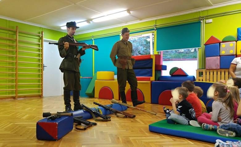 Grupa Rekonstrukcji Historycznej Beskidy odwiedziła przedszkole w Bielsku-Białej z pokazem uzbrojenia i umundurowania polskich żołnierzy w oddziałach