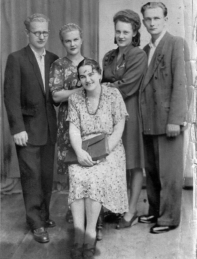 """Od lewej: Leon Mariański - autor wielu prac o Wołyniu, jego żona Alicja ze Scelinów, teściowa (siedzi) Maria Scelinowa (1904-1973) oraz Wanda (lwowianka) i jej mąż Tadeusz Scelina, dyrektor Fabryki Silników """"Besel"""" w Brzegu,  Brzeg 1948.<br />"""