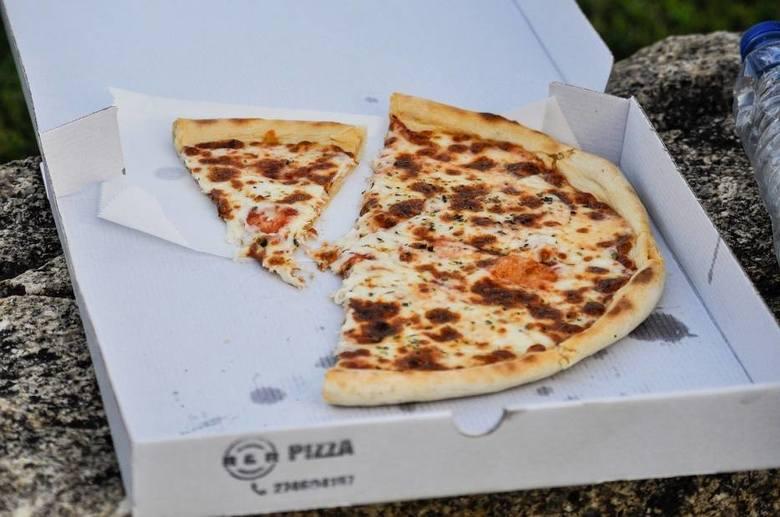 Chełm: Przywiózł im zamówioną pizzę, a oni się na niego rzucili