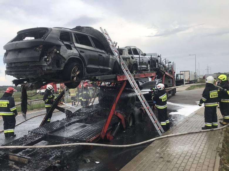Po przyjeździe straży na miejsce zdarzenia zastano pożar auto lawety – ogniem objęte trzy przewożone pojazdy.