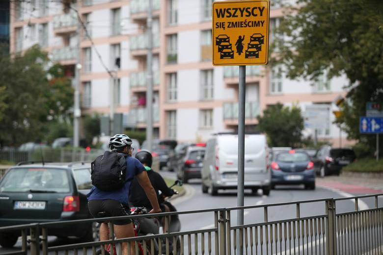 Reklamy imitujące znaki pojawiły się na głównych ulicach Wrocławia