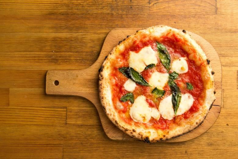 Klasyczna wersja pizzy ma około 10 g białka, nieco ponad 11 g tłuszczu, ponad 26 g węglowodanów, niecałe 2 g błonnika, a także sporo minerałów (m.in.