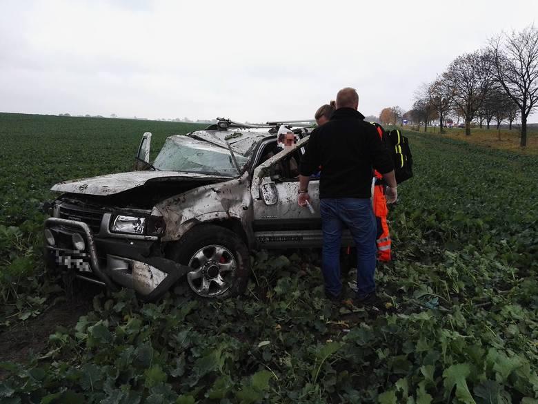Ciechociński policjant na piątkę! Pomógł kierowcy dachującego auta