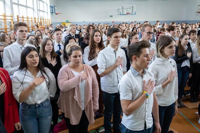 """Blisko 3,9 mln uczniów i ok. 380 tys. nauczycieli z kraju i spoza Polski wzięło dziś (8 listopada) udział w akcji """"Szkoła do hymnu""""."""