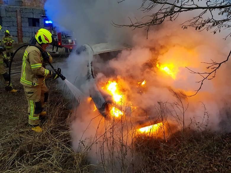 W miejscowości Sułoszyn w gminie Złocieniec doszło do pożaru samochodu osobowego. Pojazd spłonął doszczętnie. Na szczęście nikomu nic się nie stało.