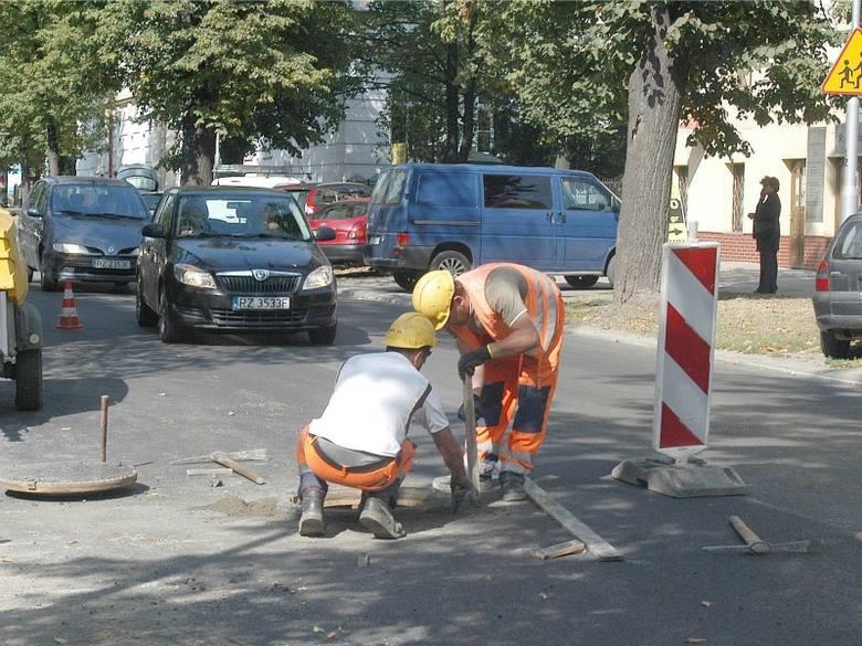 Do końca tygodnia na ul. Jałowego drogowcy będą regulować studzienki i układać asfalt. Plac budowy jest przejezdny, ale lepiej go omijać, np. przez ul.