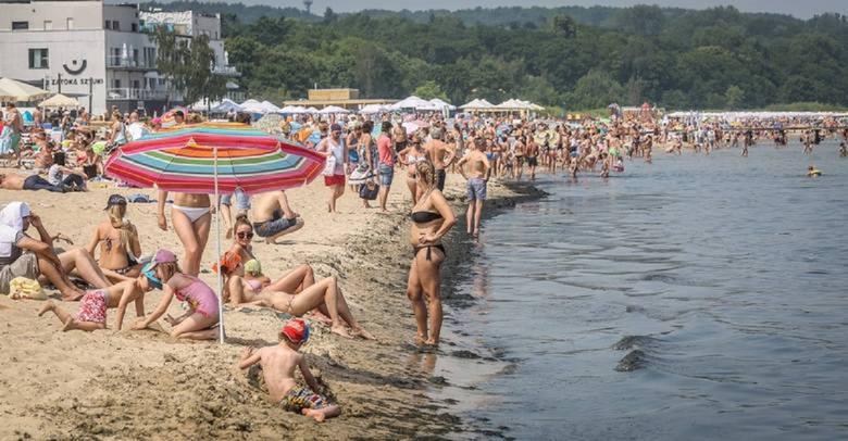 11. Brak dystansuWiadomo, pospacerować brzegiem morza, brodzić nogami w wodzie, czy wyłożyć się na ręczniku. Niestety najgorzej, kiedy wszyscy chcą to