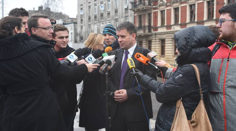 Łódzka prokuratura postawiła 23-letniemu Polakowi zarzut uczestnictwa w związku przestępczym, którego celem były ataki terrorystyczne.Czytaj więcej: