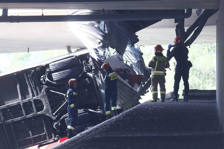 W sieci pojawiło się nagranie z dzisiejszego wypadku autobusu w Warszawie. Pojazd spadł z mostu na Wisłostradę.Wypadek miał miejsce ok. godziny 13. Autobus