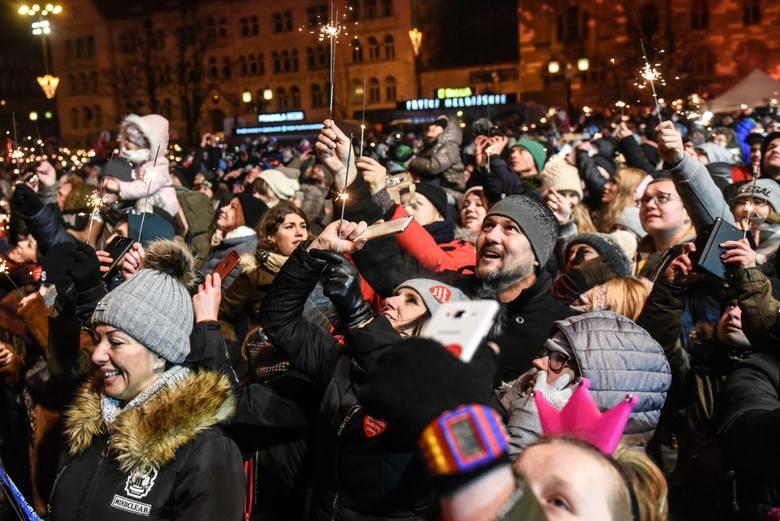 Finały WOŚP w Poznaniu przez lata odbywały się na scenie przed CK Zamek przy ul. Święty Marcin. W kulminacyjnym momencie, około godz. 20 gromadziły naraz