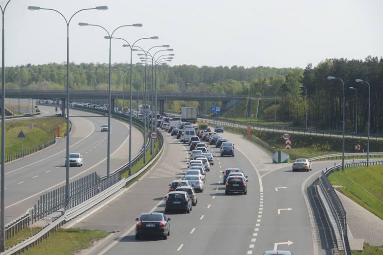 Zjeżdżać z autostrady należy również bramką AmberGO, a opłata za przejazd zostanie automatycznie pobrana z karty, którą kierowca dodał w aplikacji.Co
