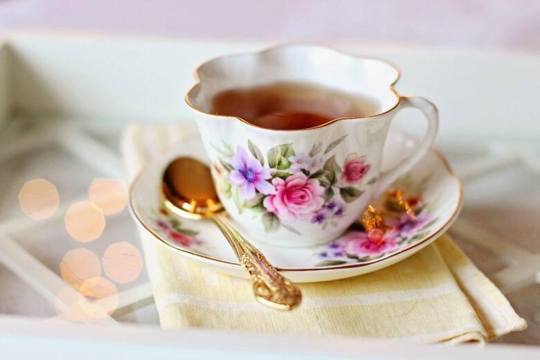 Zielona herbata ma zbawienne właściwości dla funkcjonowania naszego organizmu. Nie tylko wspomaga proces odchudzania, ale i oczyszcza nasz organizm z