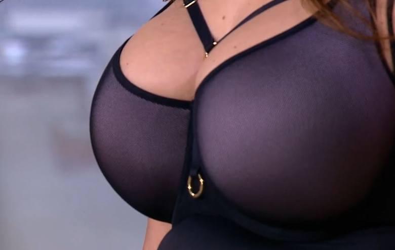 Posiadaczkami tak dużych piersi są nie tylko panie o pełniejszych kształtach, ale coraz częściej  bardzo szczupłe osoby. Zdarza się, że kobiety w obwodzie