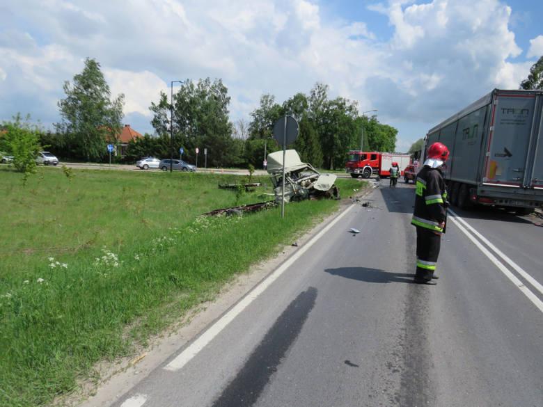 Zdarzenie miało miejsce na skrzyżowaniu ulic Olsztyńskiej i Nidzkiej. Doszło tam do zderzenia samochodu ciężarowego marki Volvo z samochodem dostawczym
