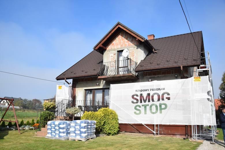 Zaczęła się termomodernizacja domów w ramach rządowego programu Smog Stop. Pierwszy docieplany dom, na którym wykonawca rozłożył rusztowania jest w Rzozowie.